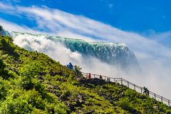 Water die over Niagara-Dalingen meeslepen Stock Foto