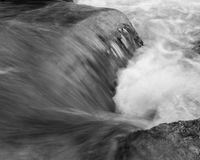 Water die over Rots op Merced-Rivier meeslepen Stock Fotografie