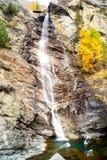 Water die over rotsen, waterval en de herfstkleuren in de bergen, de gele en rode bomen draperen Royalty-vrije Stock Foto's
