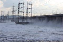 Water die poorten voobijsnellen bij een dam Stock Foto's