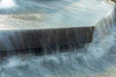 Water die in stadsfontein stromen Stock Foto's