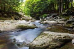 Water die stroomafwaarts stromen royalty-vrije stock fotografie