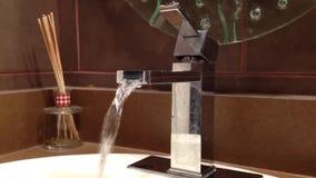 Water die uit van een zilveren tapkraan lopen stock videobeelden
