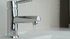 Water die van chroom geplateerde tapkraan druipen stock videobeelden