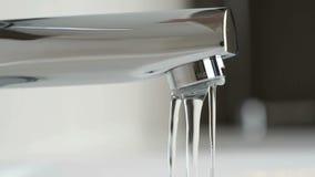 Water die van chroom geplateerde tapkraan druipen stock video