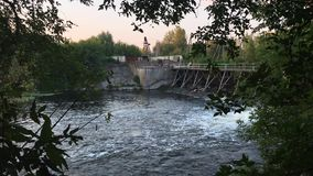 Water die van de dam stromen Lang Schot stock footage