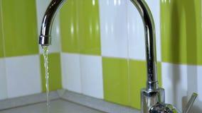 Water die van de Kraan een Gootsteen tegenkomen stock videobeelden