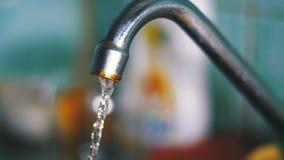 Water die van de Kraan een Gootsteen tegenkomen Langzame Motie stock video