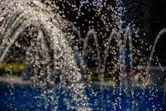 Water die van een fontein stromen die druppeltjes vormen royalty-vrije stock afbeeldingen