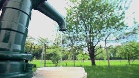 Water die van een oude goed pomp druipen stock video