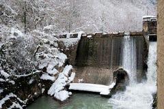 Water die van een verlaten dam van Beslet, Abchazië worden vrijgegeven Royalty-vrije Stock Foto's