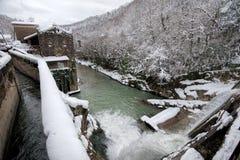 Water die van een verlaten dam van Beslet, Abchazië worden vrijgegeven Stock Foto's