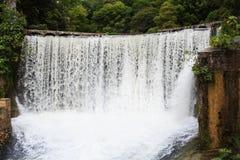 Water die van oude elektrische centraledam vallen in Nieuwe Athos stock foto's