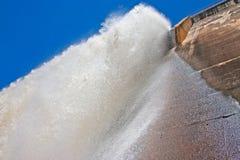 Water die verticaal van Dammuur vallen stock fotografie