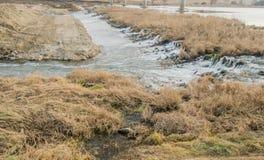 Water die vlug over rotsen lopen Stock Afbeeldingen