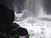 Water die in waterval onder oude waterkrachtinstallatie koken stock footage
