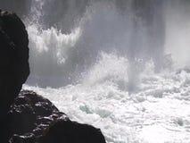 Water die in waterval onder oude waterkrachtinstallatie koken stock video