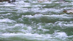 Water die zwaar over rotsen stromen stock videobeelden