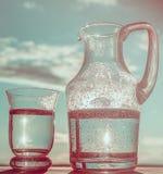 Water in een glas en in een Waterkruik Royalty-vrije Stock Afbeelding