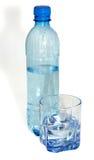 Water in een plastic fles en glas/glas- stock foto's
