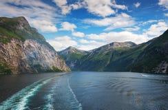 Water en bergen in Geiranger-fjord noorwegen royalty-vrije stock foto's