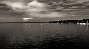 Water en dramatische hemel met wolken stock foto's