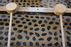 Water en houten waterdipper Stock Foto's