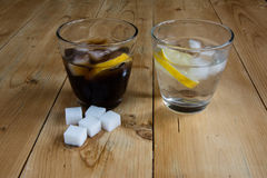 Water en kola op houten lijst Stock Fotografie