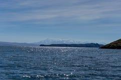 Water en Sneeuw Afgedekte Bergen in Achtergrondmeer Titicaca Royalty-vrije Stock Foto's