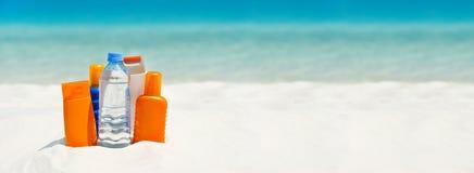 Water en zonbeschermingsroom op het strand royalty-vrije stock afbeeldingen