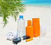 Water en zonbeschermingsroom op strandachtergrond Royalty-vrije Stock Fotografie