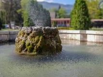 Water fountaint in stadspark in Skopje met achtergrond stock foto's