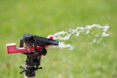 Water gevende grassproeier Stock Afbeeldingen