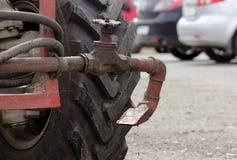 Water gevende pijp, wiel en klep de tractor voor irrigatiewater in de stadsstraten Royalty-vrije Stock Afbeelding