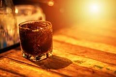 Water in glas op de houten lijst stock afbeeldingen