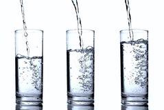Water in glazen die op wit worden geïsoleerd Royalty-vrije Stock Foto's