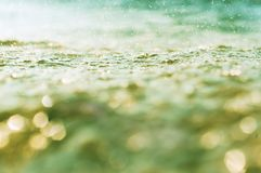 Water groene, abstracte achtergrond als achtergrond en bokeh, lichtgroene waterachtergrond Royalty-vrije Stock Afbeelding