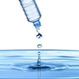 Water häller från bevattnar buteljerar Fotografering för Bildbyråer