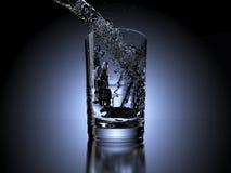 Water het bespatten in een glas op donkere achtergrond Stock Foto