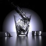 Water het bespatten in een glas water (laag standpunt) Royalty-vrije Stock Afbeeldingen
