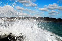 Water het bespatten en wolken Royalty-vrije Stock Foto's