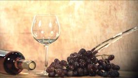 Water het bespatten op druiven stock videobeelden