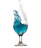 Water het bespatten van glas dat op witte achtergrond wordt geïsoleerd Stock Afbeeldingen