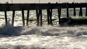 Water het breken op pijler stock footage