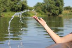 Water het dalen van een hand Stock Fotografie