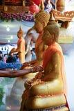 Water het gieten aan het standbeeld van Boedha in Songkran-festivaltraditie Thailand Royalty-vrije Stock Afbeeldingen