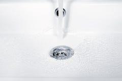Water het stromen, rimpelingen en bellen in gootsteen Royalty-vrije Stock Foto