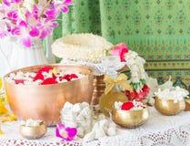 Water in kom met parfum en bloemen wordt gemengd die Royalty-vrije Stock Afbeeldingen