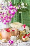 Water in kom met parfum en bloemen wordt gemengd die Royalty-vrije Stock Foto
