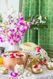 Water in kom met parfum en bloemen wordt gemengd die Stock Afbeeldingen